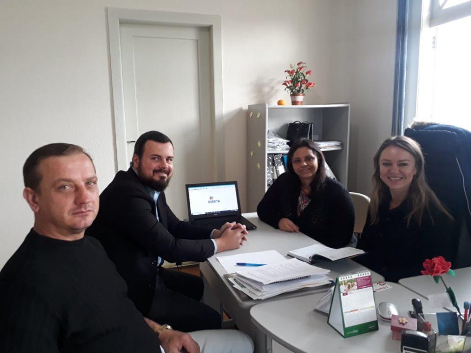 Equipe do sindicato durante reunião que definiu a criação do aplicativo