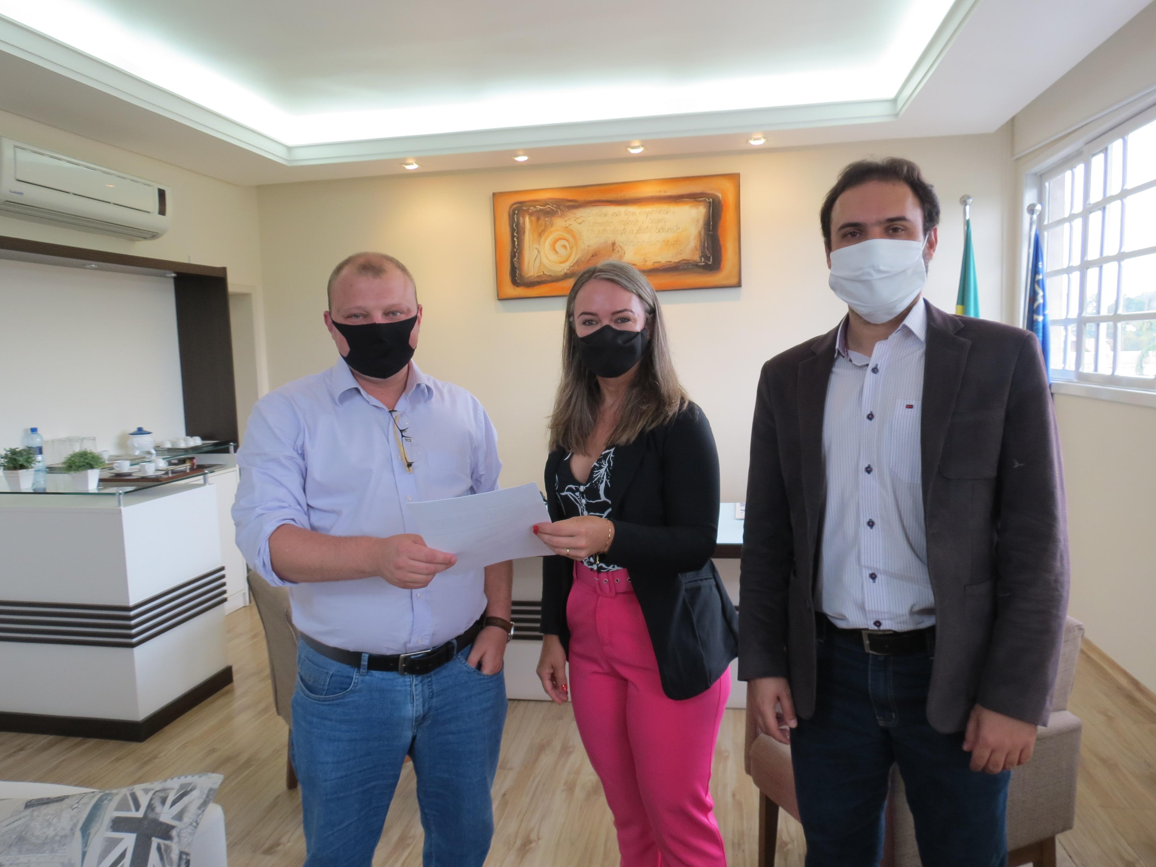 Prefeito Caio Treml com a presidente Adriana Ribas e o assessor jurídico Eduardo Nascimento Júnior